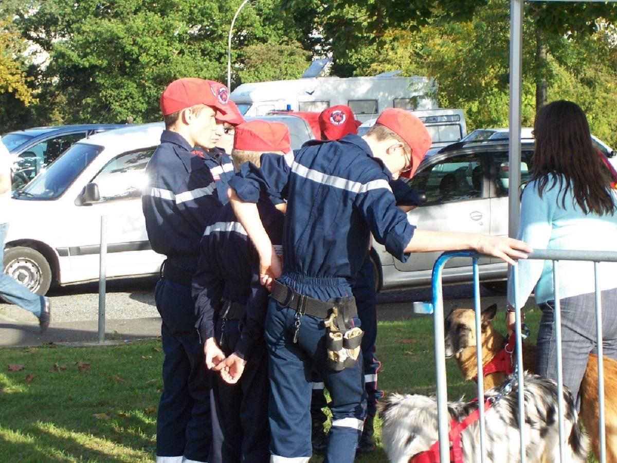 Le 3ème jour, nous étions dehors et mes chiens étaient avec nous pour le plaisir de tous. Les Jeunes Sapeurs Pompiers sont venus approcher nos chiens. Ce fut un réel succès d'après le bilan qui s'en est suivi.